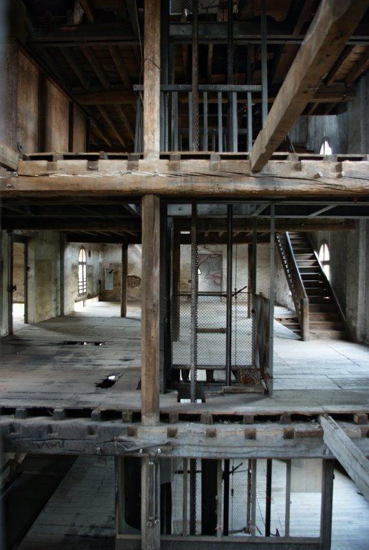 Cage du monte charge, au milieu des étages en ruine