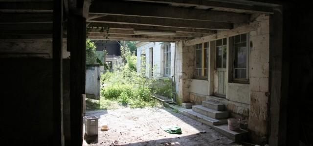 Ce drôle d'endroit l'intriguait. Abandonné depuis quelques années, le temps n'avait, de l'extérieur, pas encore pu faire son oeuvre. Le rôle de ce bâtiment n'était connu de personne, tout ce […]